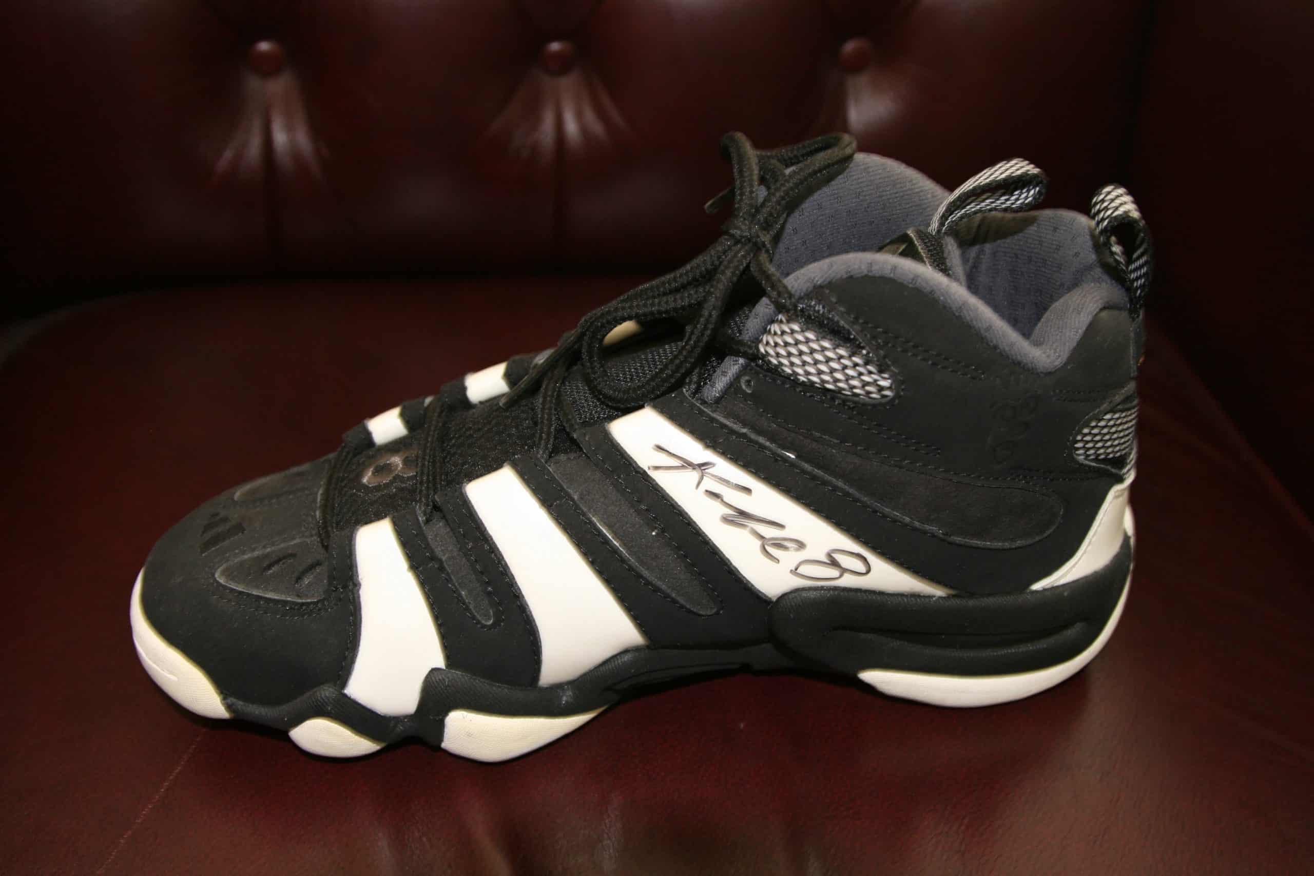f85736fe4efb KOBE BRYANT Autographed Shoe